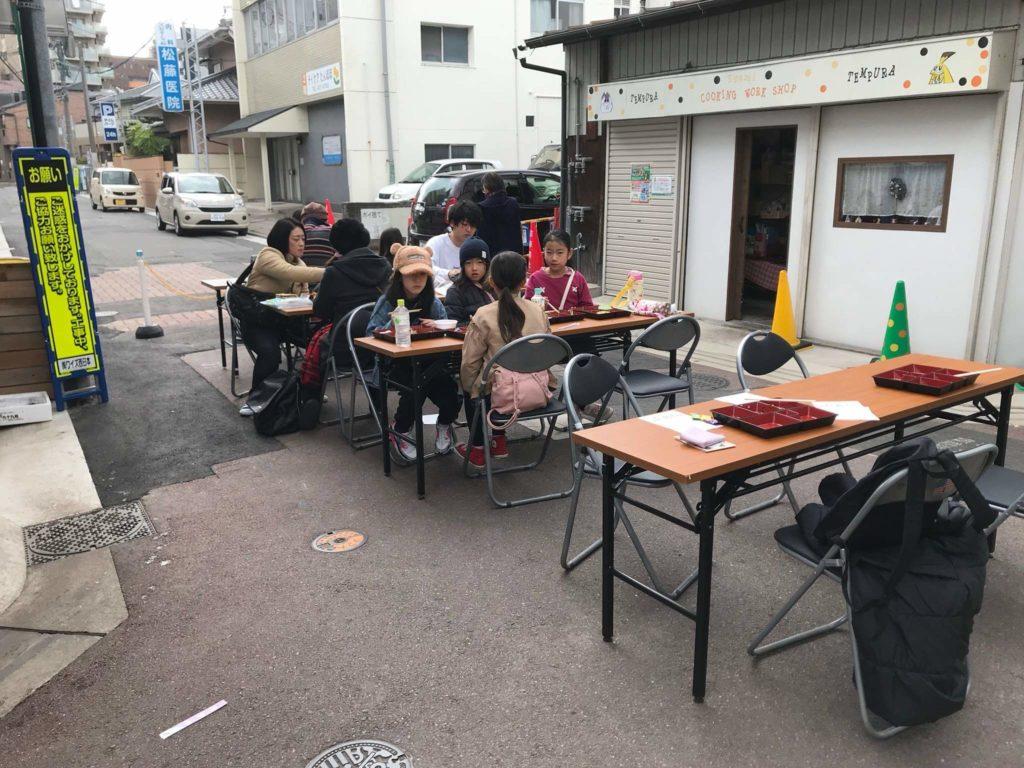 お店は和風で、和傘とお面のディスプレイが目立っています。 この日はお祝いのバルーンもたくさん!
