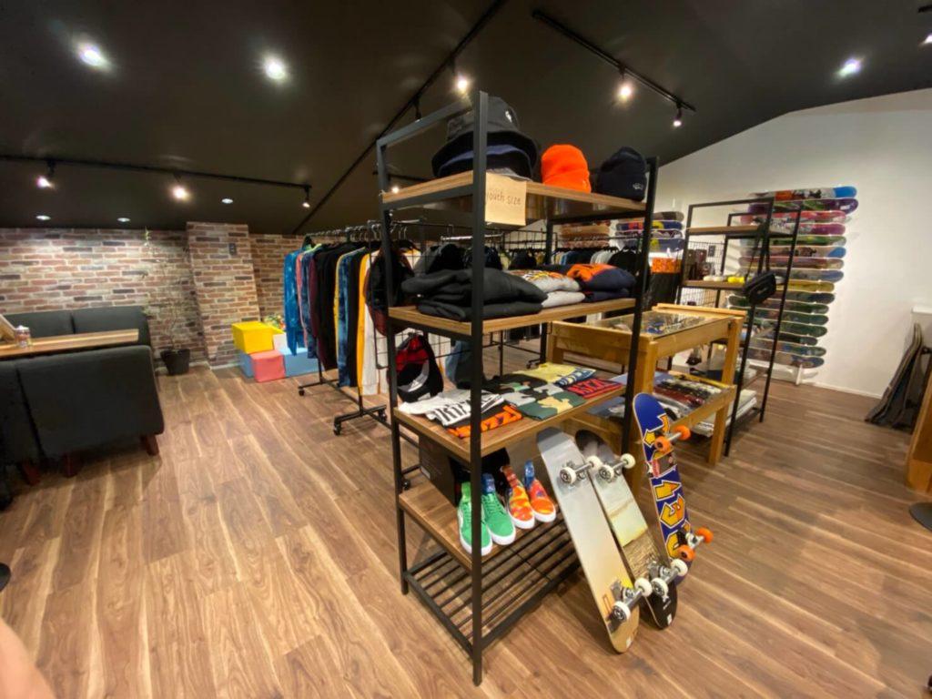 2Fにはスケートボード用品のショップが併設! 買い物もできて便利。