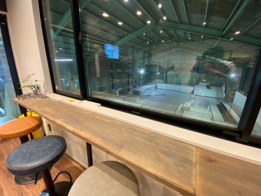 スケートをしない保護者は2Fのスケボーショップスペースで休憩も可能