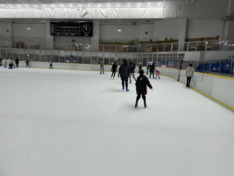 普段はローラースケートの私たちがアイススケートに挑戦! パピオアイスアリーナご紹介!